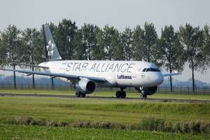 Lufthansa Star Alliance taxiing to Polderbaan, Amsterdam Airport