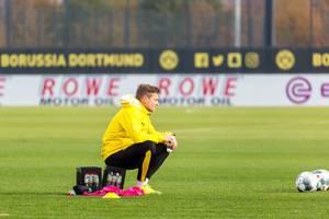 Lukasz Piszczek sitzt auf einer Wasserkiste und atmet kurz durch