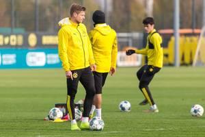 Lukasz Piszczek wartet auf das Signal vom Trainer für die Spielform