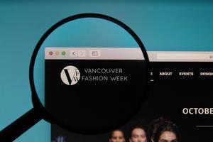 Lupe über dem Logo der Internetseite der Vancouver Fashion Week