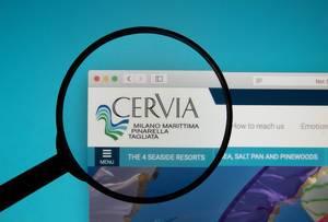 Lupe über dem Logo der Internetseite des internationalen Kite Festivals Cervia
