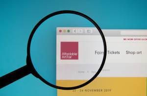 Lupe über dem Logo der Internetseite von Affordable Art Fair
