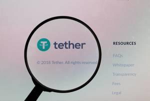 Lupe über dem Tether-Logo
