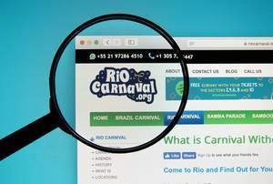 Lupe über Logo der Homepage des Karnevals in Rio, dem größten Karnevalsumzugs in Brasilien