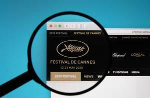 Lupe über Logo des Festival de Cannes in Frankreich auf Computerbildschrim