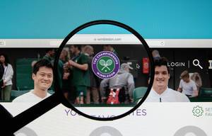 Lupe über Logo des Sportevents Wimbledon auf Computerbildschirm