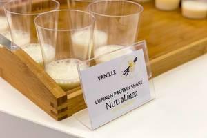 Lupine Eiweiß-Shake in Vanille Geschmack angeboten von NutraLinea an der Fibo Fitness-Messe