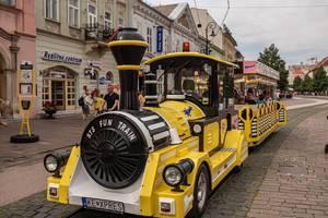 Lustige öffentliche Verkehrsmittel: Kleiner Touristenzug in der Fußgängerzone von Kosice / Kaschau