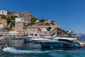 Luxuriöse Jachten im Hafen vor Miaouli, auf der autofreien Insel Hydra, Griechenland
