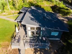 Luxusgästehaus uns Seehaus Villa Jolla mit großer Holzterrasse im Nationalpark Päijänne, direkt am See gelegen