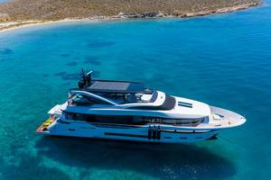 Luxusschiff und Dreamliner Yacht, alleine im klaren Meer in einer Bucht nahe Naoussa auf Paros, Griechenland