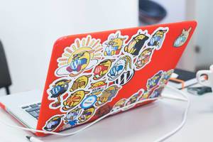 MacBook mit Katzen-Stickern auf dem Rückdeckel