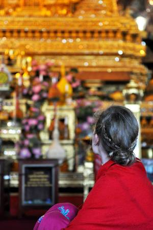 Mädchen bewundert den Innenraum des Buddha-Tempels Wat Po