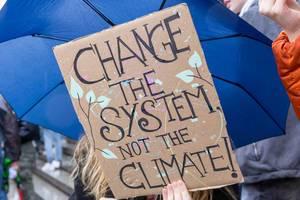 Mädchen fordert auf Systemveränderung mit
