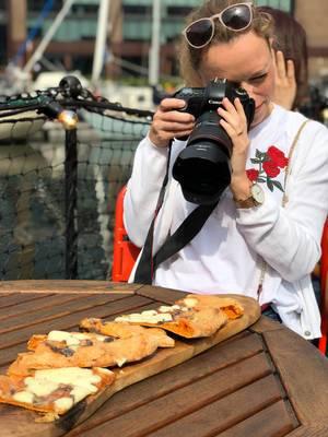 Mädchen fotografiert Nahrung mit Spiegelreflexkamera