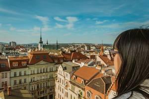 Mädchen genießt die Aussicht über die Stadt vom Uhrturm des Rathauses in Brünn, Tschechien