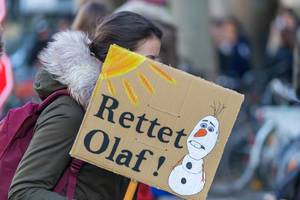 Mädchen hat ein Rettet Olaf Demo Schild in der Hand