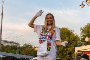 Mädchen mit weißen Handschuhen und T-Shirt mit diversen Nationalflaggen