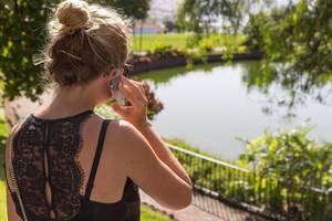 Mädchen telefoniert im Park