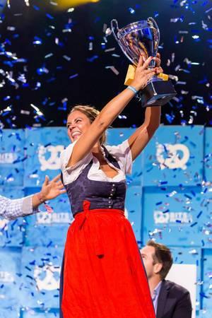 Magdalena Oehl mit Pokal