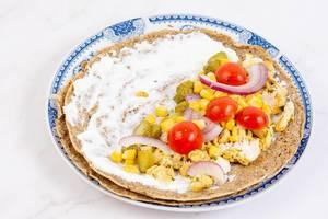 Mais, Cherry-Tomaten, Zwiebel und Hühnchen als Füllung für die Tortillas benutzen