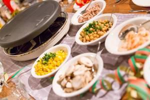 Mais, Tunfisch, Schrimps und viele weitere gesunde Nahrungsmittel auf dem Tisch