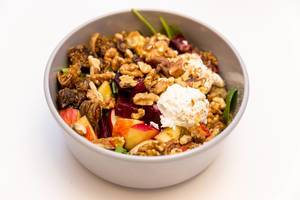 MaKE Goatlovers Bowl mit Ziegenfrischkäse, getrockneten Feigen, Apfel, rote Beete, Walnüsse, Spinatsalat, Pflücksalat und Himbeer-Ahorn Dressing