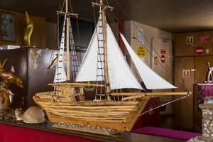 Makette eines Schiffes auf einem Ausflugsschiff