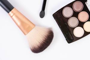 Makeup Brush with makeup set above white background (Flip 2019)
