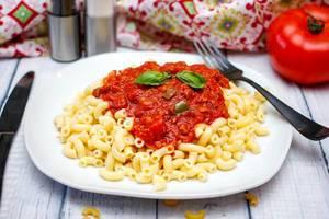 Makkaroni mit Tomatensauce und Basilikum