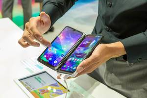 Man tests two screens with the LG G8x ThinQ Smartphone & openable Dual Screen phone case, part of Tom