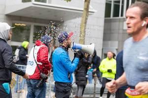 Man with a bullhorn cheering the runners on - Frankfurt Marathon 2017