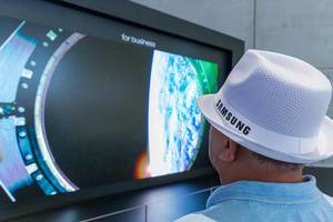 "Man with white Samsung hat in front of ""The Wall"" - MicroLED Display with modular technology‎ and multi-link hdr"