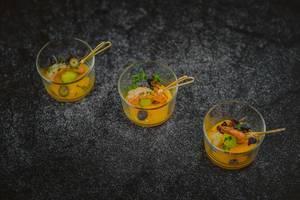Mango and Schrimp Vorspeise garniert mit Oliven und Basilikum-Blätter innerhalb kleiner Gläser - diagonale Nahaufnahme