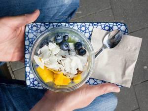 Mango, Blaubeeren, Kokoschips und Granola