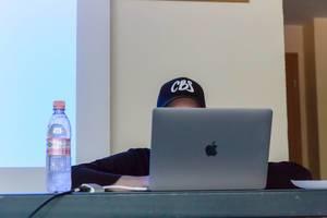 Mann arbeitet an seinem Macbook