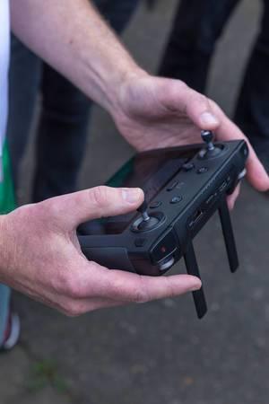 Mann bedient einen DJI Mavic 2 Smart Controller und Drohnen-Fernsteuerung