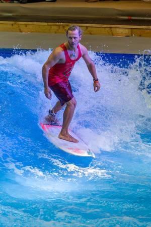 Mann beim Indoor-Surfing bei der Boot Düsseldorf 2018