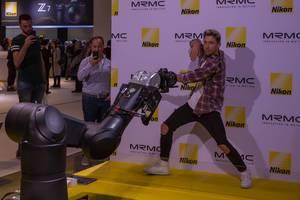 Mann bewegt sich vor der Filmkamera Bolt High Speed Cinebot
