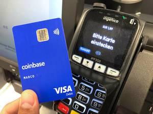 Mann bezahlt Bargeldlos im Supermarkt, mit Kryptowährung durch die Coinbase-Visakarte