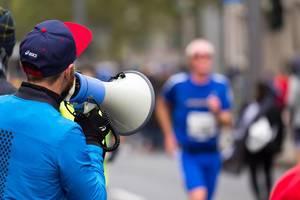 Mann feuert die Läufer mit einem Megafon an - Frankfurt Marathon 2017