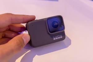 Mann hält die neue GoPro Hero 7 Silver an der Photokina in Köln