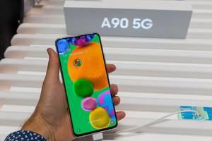Mann hält ein Samsung Galaxy A90 5G Handy mit High-End-Prozessor in der Hand