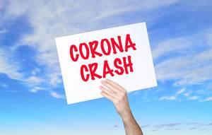 """Mann hält Schild mit """"Corona crash"""" Text und blauem Himmel als Hintergrund"""