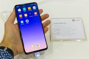 Mann hält Xiaomi Handy in der Hand: MIX 3 5G mit Flaggschiff und Front AI Doppelkamera