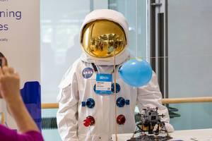 Mann im Astronauten-Kostüm am Startup-Stand der Lernsoftware Mirabilo