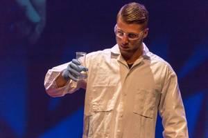 Mann in Laborkleidung - TEDxVenlo 2017