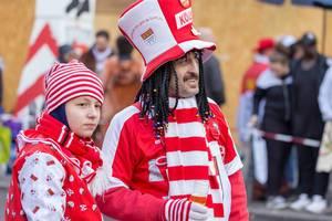 Mann in rot-weiß mit vielen Zöpfen trinkt Bier - Kölner Karneval 2018