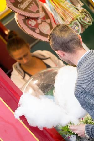 Mann kauft Zuckerwatte - Oktoberfest 2017