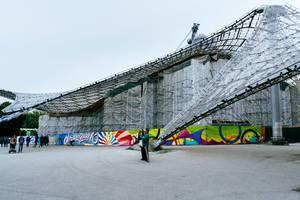 Mann macht Selfie vor dem Olympiastadion in München